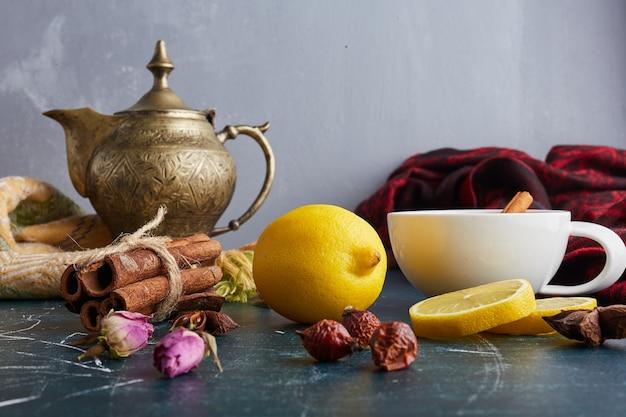Uma xícara de chá com ervas e especiarias.
