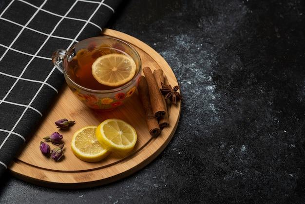 Uma xícara de chá com especiarias e ervas aromáticas.