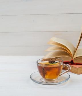 Uma xícara de chá com livros