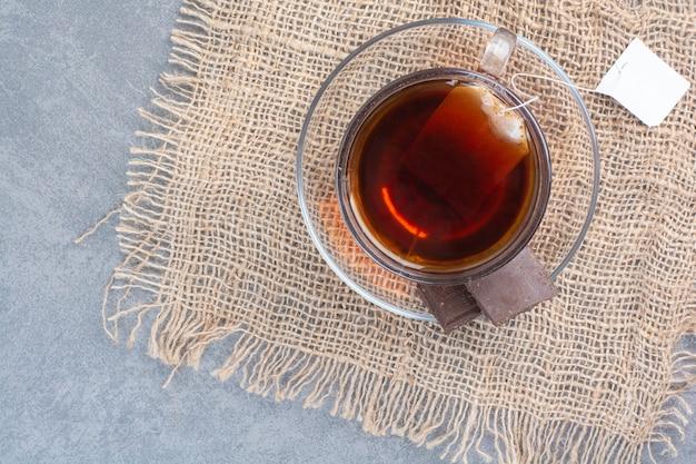 Uma xícara de chá de aroma delicioso no saco.