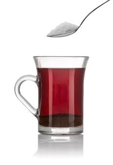 Uma xícara de chá de café da manhã e uma colher de açúcar