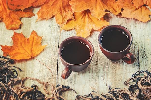 Uma xícara de chá e um fundo aconchegante de outono. foco seletivo.