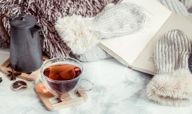 Uma xícara de chá em cima da mesa no interior da casa