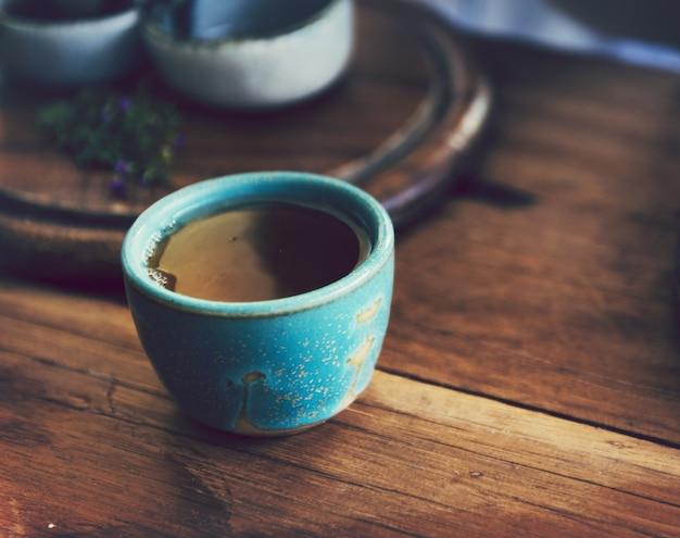 Uma xícara de chá em uma mesa de madeira