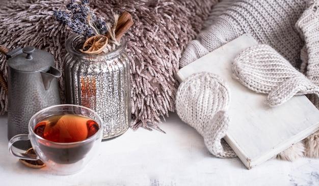 Uma xícara de chá na mesa no interior da casa