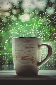 Uma xícara de chá. olá outono. foco seletivo conforto