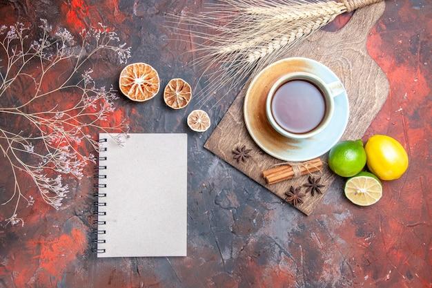 Uma xícara de chá uma xícara de chá anis estrela limões limão caderno branco espigas de trigo