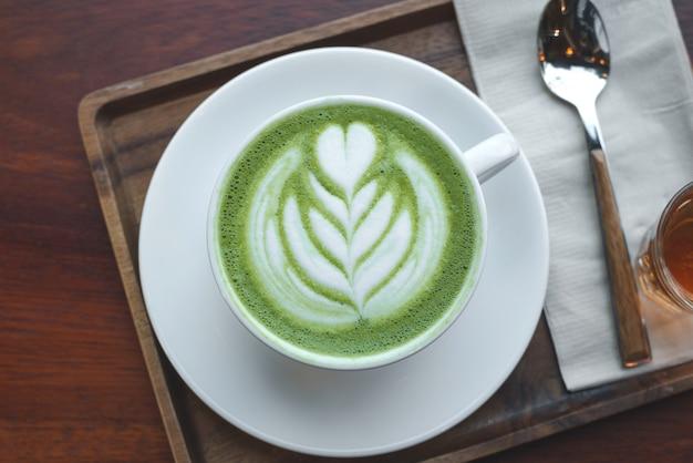 Uma xícara de chá verde matcha latte