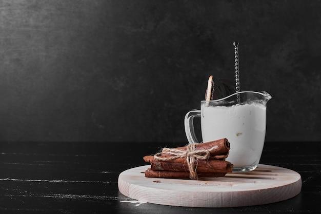 Uma xícara de chantilly com canela.
