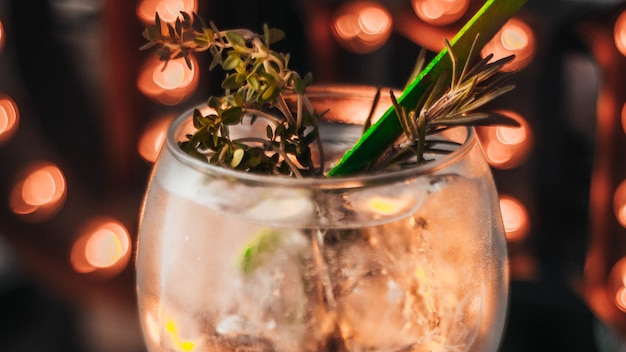 Uma xícara de gin tônica
