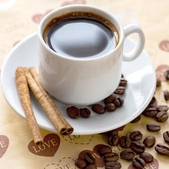Uma xícara de grãos de café naturais e canela