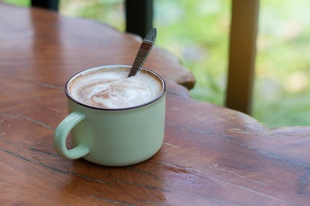 Uma xícara de piccolo latte na mesa de madeira, tempo de relaxamento ou pausa para o café durante o dia de trabalho