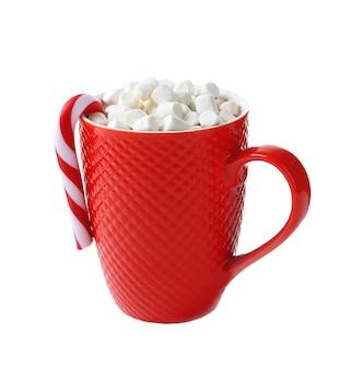 Uma xícara vermelha de chocolate, marshmallow e doces de natal, isolado no branco