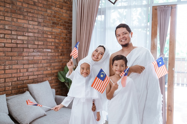 Umrah muçulmano e hajj com bandeira da malásia