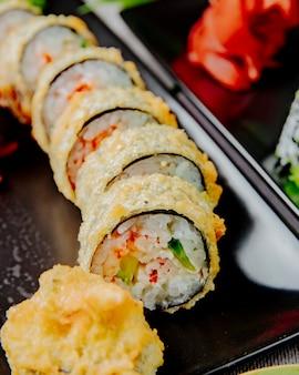 Unagi maki tempura pepino arroz enguia queijo creme de gengibre vista lateral