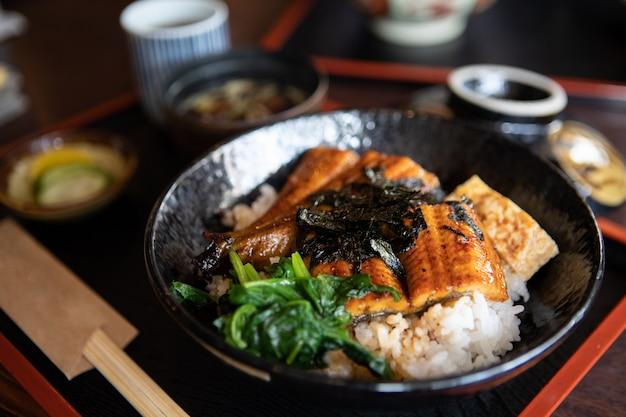 Unagidon tigela de arroz japonês comida tradicional