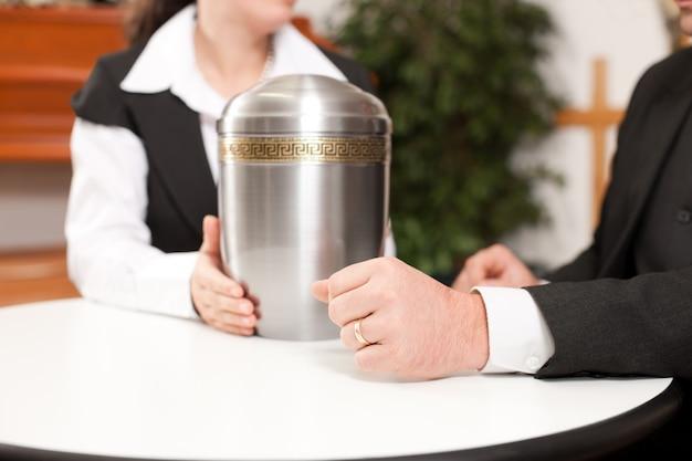 Undertaker está aconselhando um cliente para o funeral
