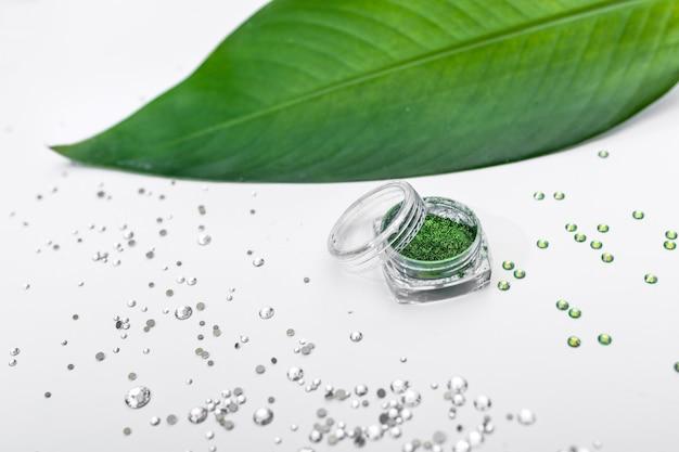 Unhas de lantejoulas verdes com strass brancos para unhas