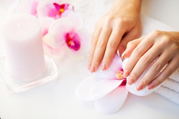Unhas de mulher bonita com manicure francesa
