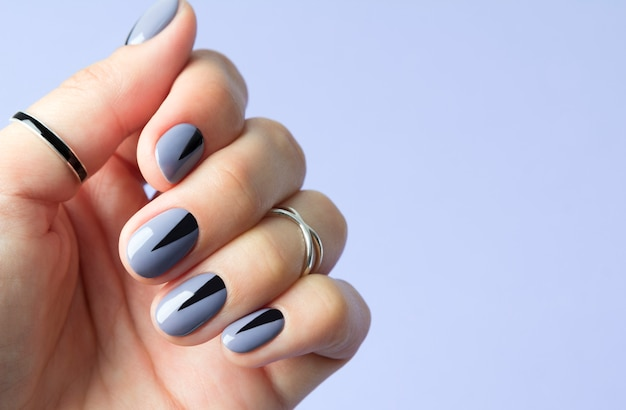 Unhas de mulher bonita com manicure mínima geométrica