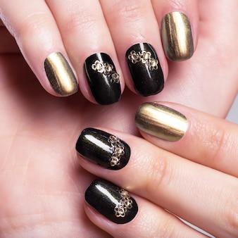 Unhas de mulher lindas com uma bela manicure criativa