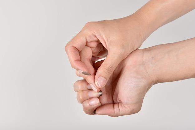 Unhas infecção por fungos e bactérias de ferramentas de salão de manicure sujas, esmalte de gel de mão lascando e lascando, unhas quebradiças.