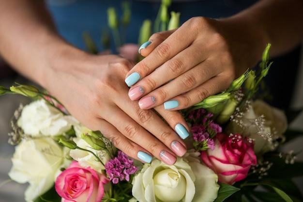 Unhas naturais com bela manicure em flores da flor