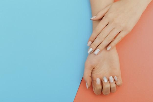 Unhas naturais, esmaltes em gel. manicure limpa perfeita