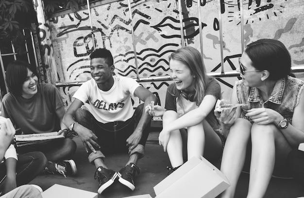 União da amizade dos povos que come o conceito da cultura de juventude da pizza