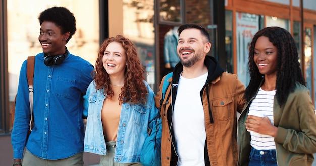 União. vista de retrato da cintura para cima da companhia amigável de pessoas que passam ótimos momentos juntas enquanto caminham na cidade juntas no verão