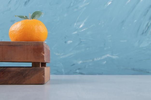 Única clementina saborosa em caixa de madeira