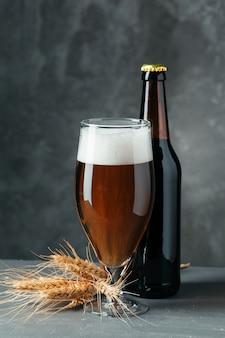 Única garrafa de cerveja e copo