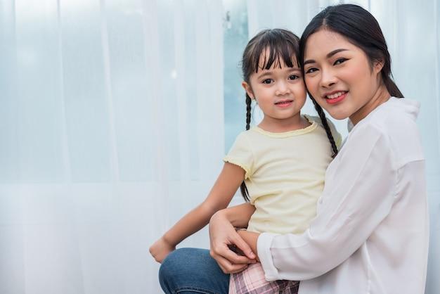Única mãe e filha retrato. família feliz e conceito de pessoas. tema do dia da mãe e das crianças.