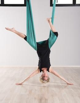 Única mulher de cabeça para baixo fazendo ioga aérea