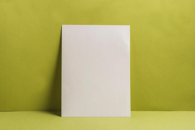 Única página em branco contra um fundo liso