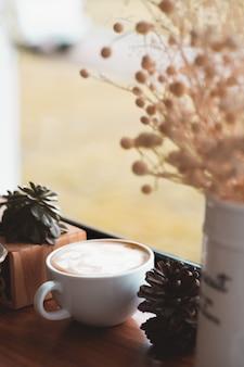 Única xícara de café na mesa.