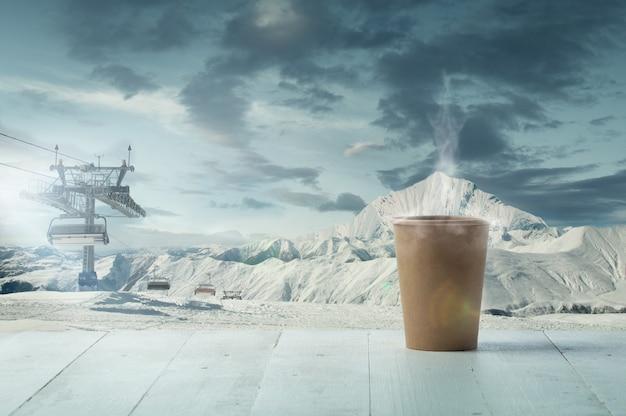 Única xícara de chá ou café e paisagem de montanhas no fundo