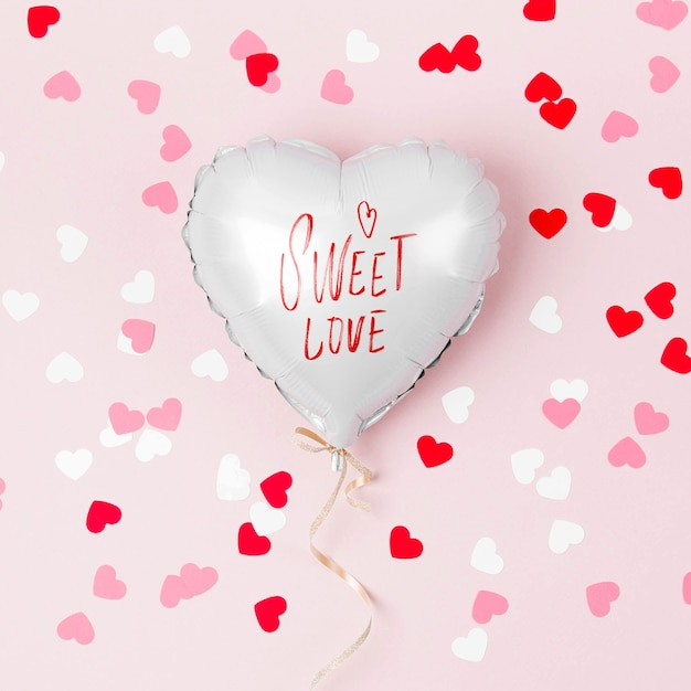 Único balão de folha em forma de coração em fundo rosa pastel. conceito de amor. celebração do feriado. decoração de dia dos namorados ou casamento / despedida de solteira. balão metálico