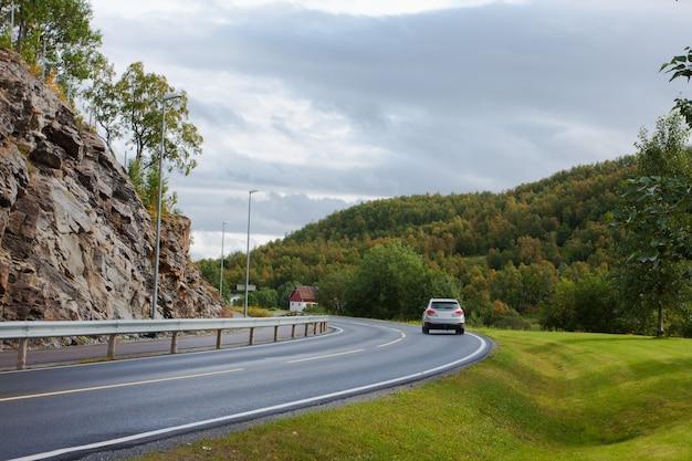 Único carro em uma estrada norueguesa vazia