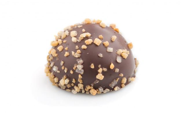 Único doce de chocolate isolado no fundo branco. vista lateral.