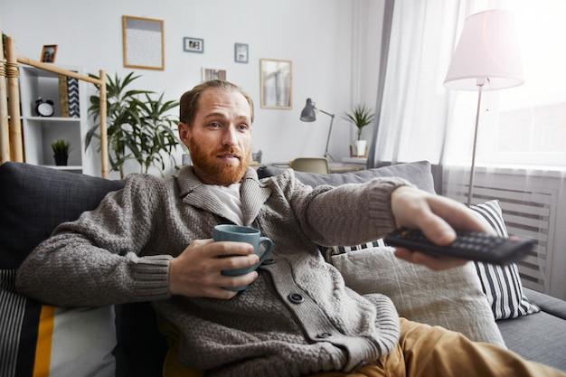 Único homem assistindo tv em casa