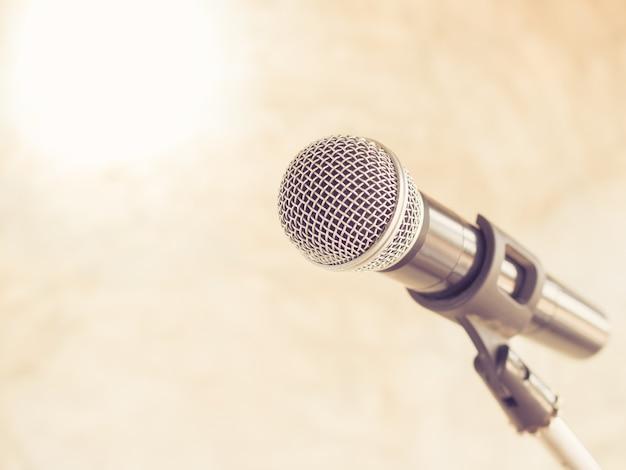 Único microfone no fundo claro clássico para desempenho o grande show do mundo mus