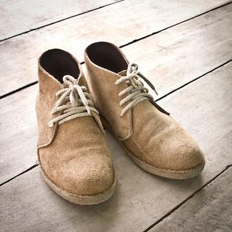 Único par botas de madeira marrom