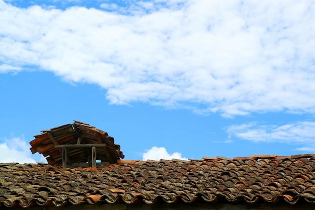 Único telhado de azulejos rústicos contra o céu azul em chachapoyas, peru