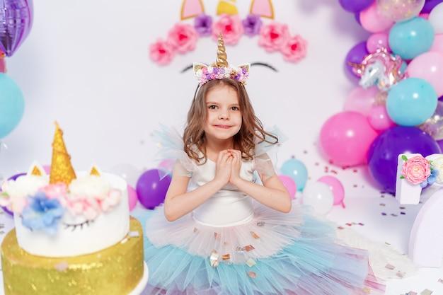 Unicorn girl lança confete. idéia para decorar a festa de aniversário de estilo unicórnio. decoração de unicórnio para festeira