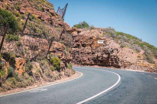 Unidade cênica de chapmans pico construída através das rochas na áfrica do sul