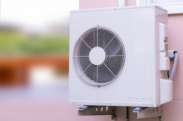 Unidade de compressor de ar condicionado tipo parede dividida para exterior.