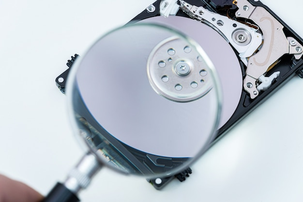 Unidade de disco rígido através de uma lupa, pesquisa de informações, diagnósticos, restauração