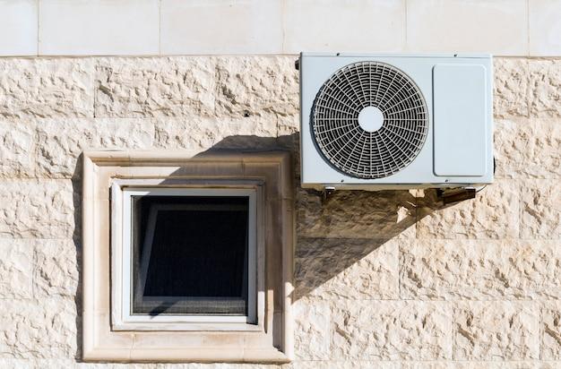 Unidade e janela do compressor do ar condicionado