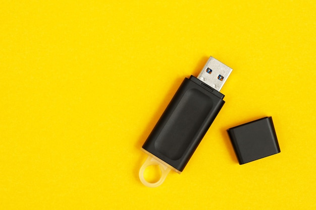 Unidade flash para armazenamento de dados colocada em um fundo amarelo